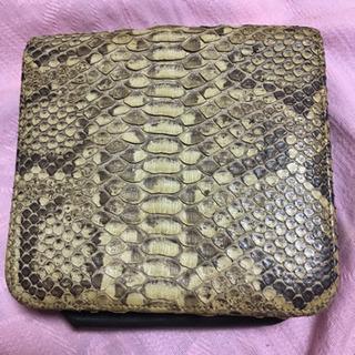 蛇革二つ折り財布