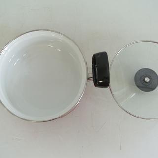 未使用 コンパクトなホーロー両手鍋 耐熱強化ガラスふた 18㎝ 1.6L 箱付き Pretty プリティ  琺瑯鍋 - 生活雑貨