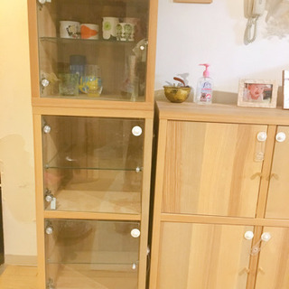 イケアのガラス戸の食器棚