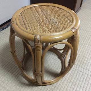 籐の小ぶりな椅子