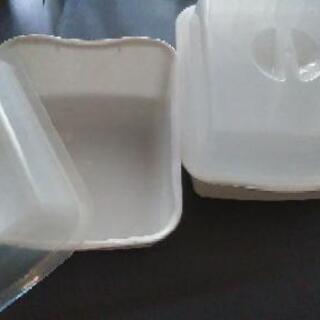 ふた付きプラスチックケース2個