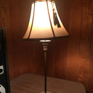 細く長い脚がキレイなランプ