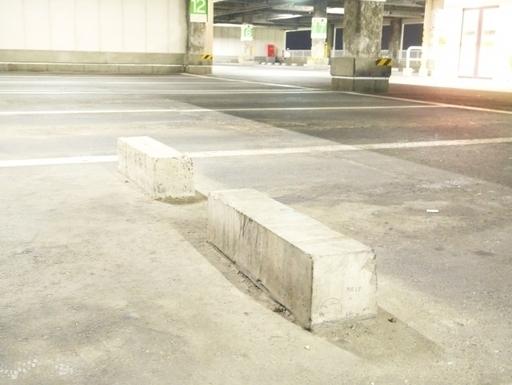 ブロック 車止め 駐車場の車止めは意外と簡単に取り付けられます。DIYでの取り付け方