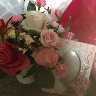 光消臭効果がある?造花と、薔薇の写真たて