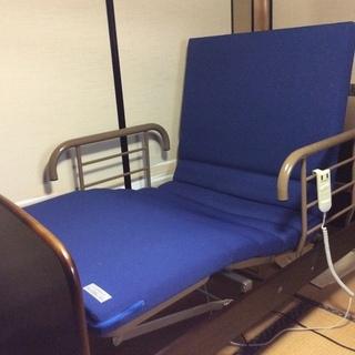 電動リクライニングのベッドとテーブル