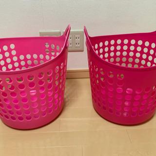 カゴ(2つ、赤とピンク)の画像