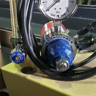 炭酸ガスのヒーター付き調整器です。
