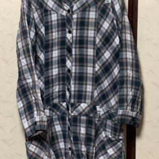 グリーン系のチェック柄フード付きロングシャツ