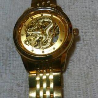 金色の龍の腕時計