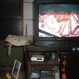 ソニーのブラン管式20インチのテレビとチューナーを付けたテレビ