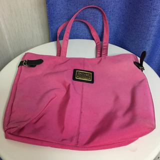 ピンクの大きなバッグ