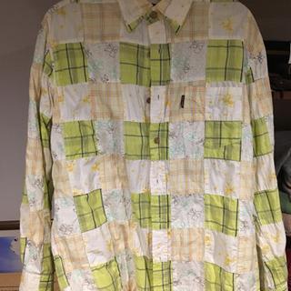 古着屋で購入した服です。パッチワークのシャツ。