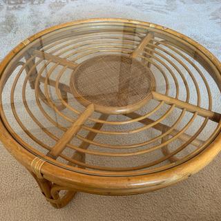 籐とガラスの円形テーブル