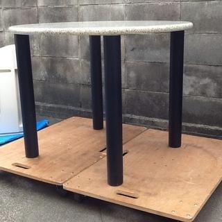 雰囲気のある丸テーブル、4本脚 ミーティングテーブルにも 会社や...