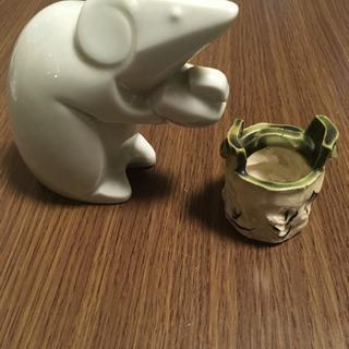 干支の鼠の置物と焼き物のつまようじ入れ。