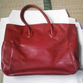 赤い大きめハンドバッグ