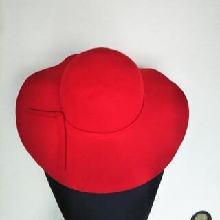 真っ赤なフェルト帽子