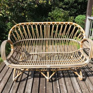 籐製の2人掛け椅子の画像