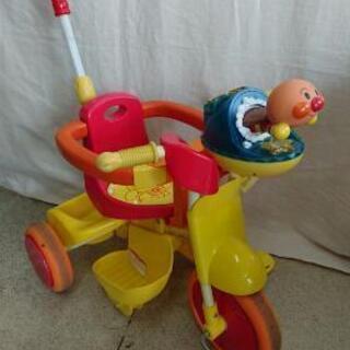 アンパンマンの三輪車 押し棒でハンドル操作できます。