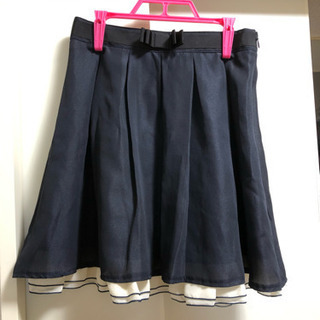 ネイビー色のスカート