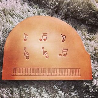 グランドピアノ型 楽譜留めレザークリップ 鍵盤刻印