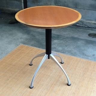 【いい感じ】可愛い4本脚の店舗用の丸テーブル 1台限り 素敵に使...