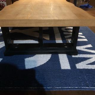 一枚板風のテーブル