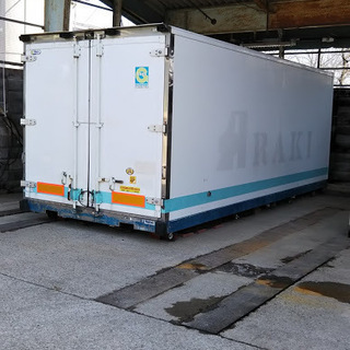4t車コンテナ改造倉庫兼作業場 3月末引渡 枕木付