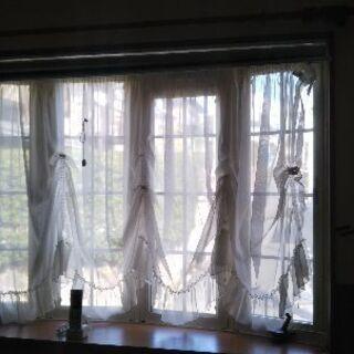 腰窓用レースのカーテン