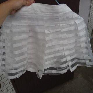 透明感のある白のミニスカート