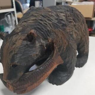 魚をくわえた木彫りの熊の置物