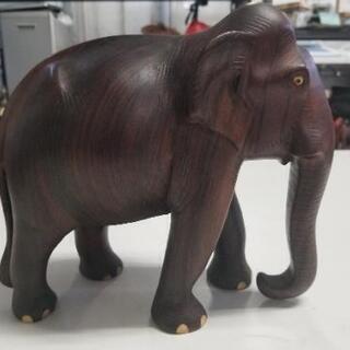 木彫りの象の置物