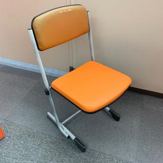 骨組みのしっかりした椅子が多数あります