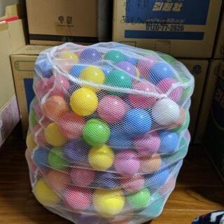 大小入れ混じりのカラフルボールです。