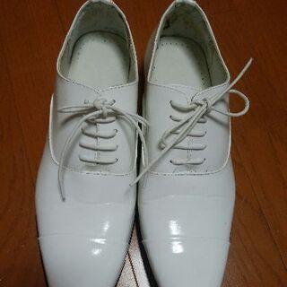 白エナメル靴
