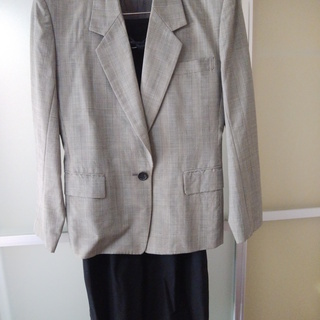 オフィススーツ:黒白チェック(or グレー)のジャケットと黒のロ...