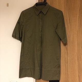 【INDIVI】濃いカーキ色のシャツ