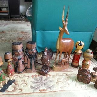 こけし、アイヌ人形、その他の木彫り置物。