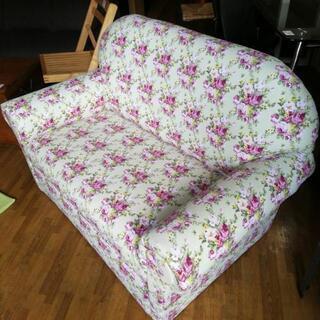 ほぼ未使用品!フラワーモチーフの2人掛けソファー、お売りします。