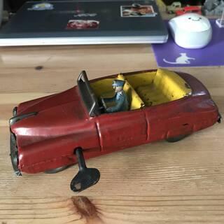 ブリキの自動車.運転手がかわいい!赤い色の価値ある雰囲気の逸品です。