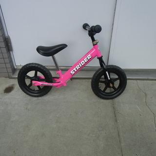 ピンクのランニングバイク(ストライダー STRIDER)