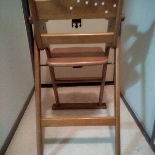幼児が食事をする時に座る木の椅子を差し上げます。 8ヶ月位~2才位迄