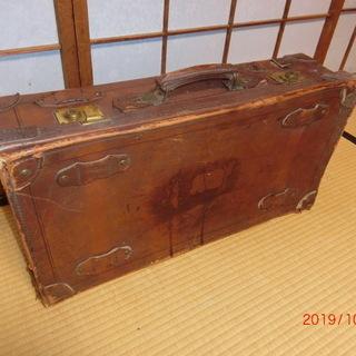 ふた昔前の本革スーツケース