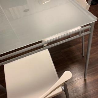 ダイニングテーブルと椅子(3脚)