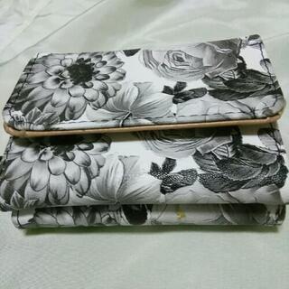 三つ折り財布 黒白花柄