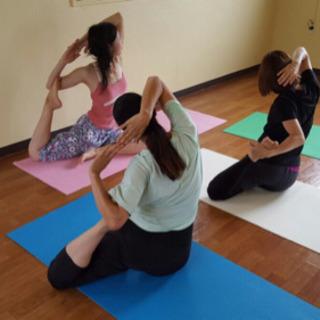 運動が苦手な方、身体が硬い方でもお気軽に参加できます!ヨガ教室沖縄市 - 沖縄市