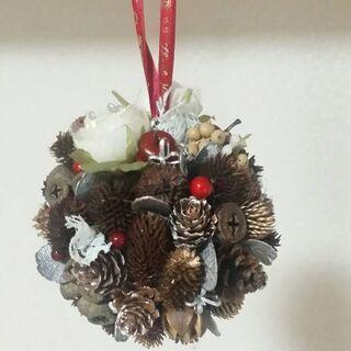 クリスマスに向け、丸くて可愛い松ぼっくりのリース作り。
