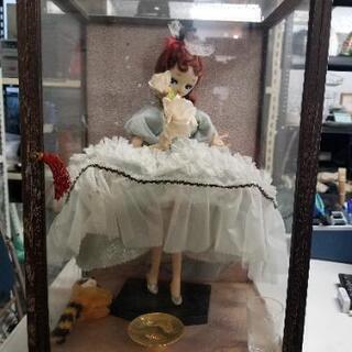 ガラスケースに入ったかわいいフランス人形