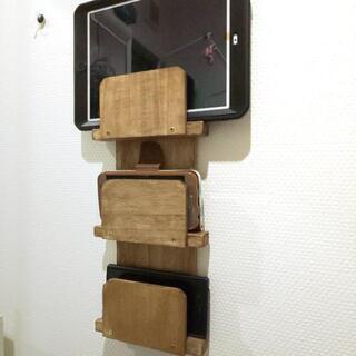携帯&タブレット用 コンセント上充電壁掛けラック (ブラウン)