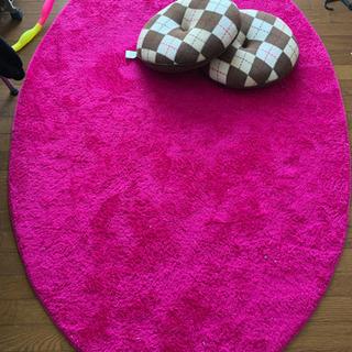 クッキー型クッション2個とビビットピンクのカーペットです